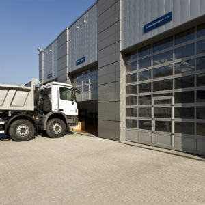 Brama garażowa przemysłowa aluminiowa z przeszkleniami