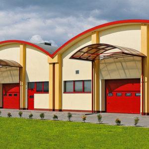 Brama garażowa przemysłowa segmentowa z okienkami oraz drzwiami przygarażowymi