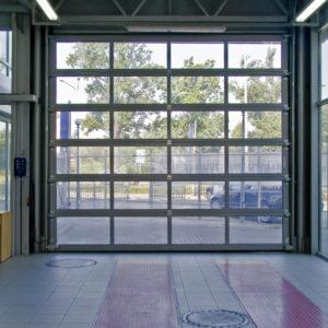 Brama garażowa przemysłowa segmentowa MakroPro Alu z panelami przeszklonymi