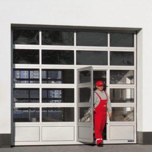 Brama garażowa przemysłowa aluminiowa z drzwiami przejściowymi z przeszkleniami