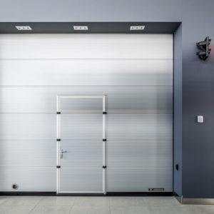 Brama segmentowa przemysłowa z drzwiami przejściowymi