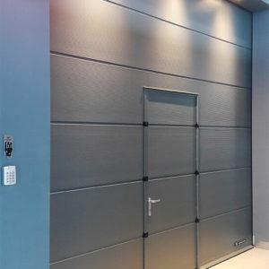 Brama segmentowa przemysłowa z drzwiami przejściowymi 2