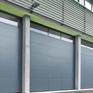 Brama przemysłowa garażowa segemntowa z przeszklonym górnym segementem