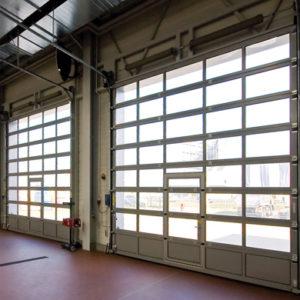 Bramy segmentowe przemysłowe aluminiowe z przeszkleniami z drzwiami przejściowymi