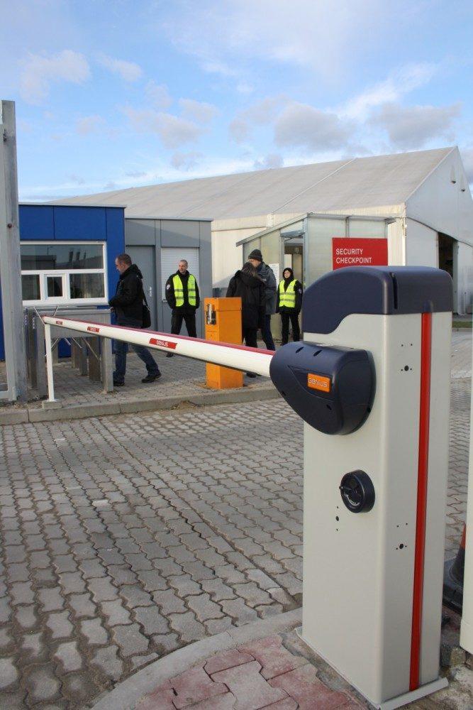 Volvo Wrocław. Firma ADB Komfort dostarczyła szlabany elektromechaniczne Genius RAINBOW