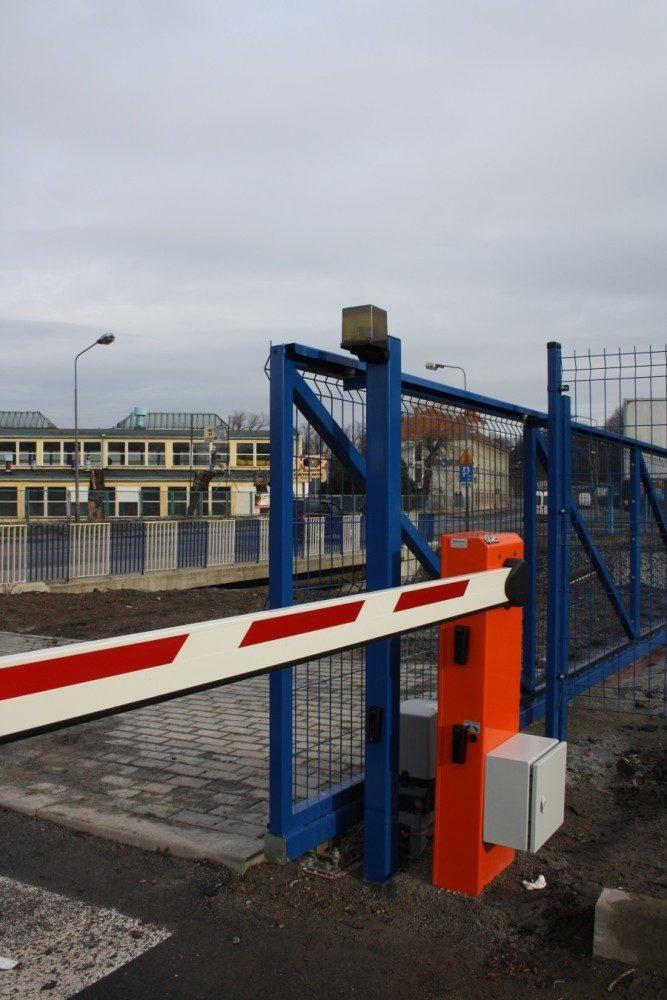 Instalacja kontroli dostępu i szlabanów hydraulicznych FAAC 615 – Parking RONAL w Wałbrzychu.