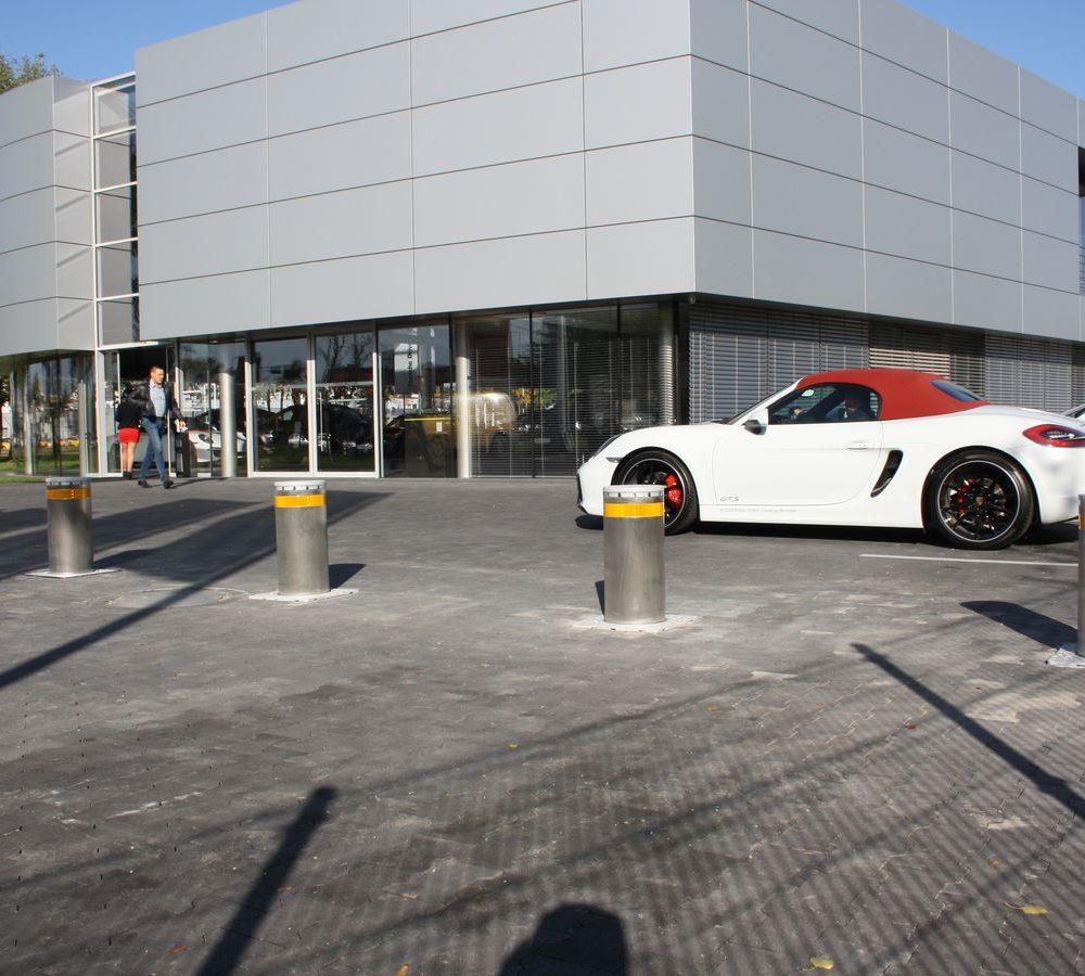 Instalacja automatycznych zapór parkingowych (słupków hydraulicznych) FAAC J275 INOX – lokalizacja salon Porsche Wrocław