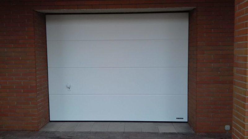 Wymiana starej bramy garażowej na bramę segmentową Wiśniowski UniPro – lokalizacja Bielawa