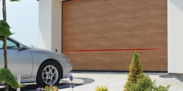 Brama garażowa segmentowa. Linia fotokomórek bezpieczeństwa zapobiega kolizji z pojazdem lub z osobą.
