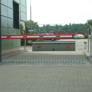 Szlaban Came GARD G2500 z Kolczatką Drogową w tle Road Blocker - antyterrorystyczna zapora drogowa