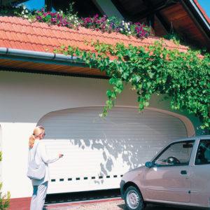 Brama garażowa roletowa BR_77 z profilem przeszklonym_kolor RAL 9010