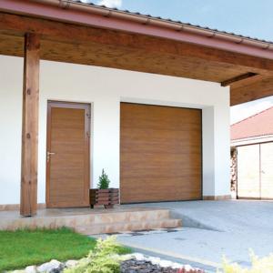 Brama garażowa segmentowa UniPro, Złoty Dąb, bez przetłoczeń z drzwiami przygarażowymi