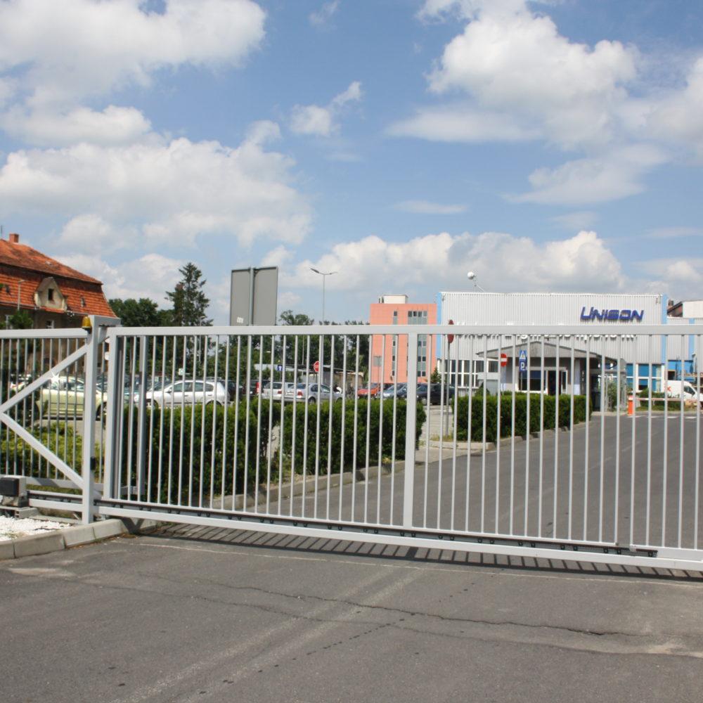 Wykonanie, dostawa i montaż bramy ogrodzeniowej przesuwnej – lokalizacja Unison Dzierżoniów