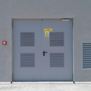 13. Drzwi stalowe płaszczowe wielkogabarytowe Wiśniowski z dużymi kratkami wętylacyjnymi - komora transformatora- montaż ADB Komfort - Dzierżoniów.