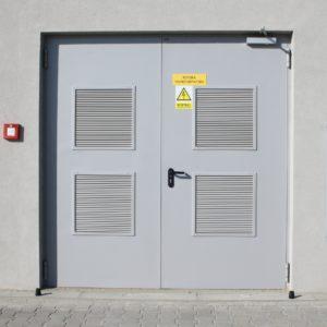 13. Drzwi stalowe płaszczowe wielkogabarytowe Wiśniowski z dużymi kratkami wentylacyjnymi - komora transformatora- montaż ADB Komfort - Dzierżoniów.