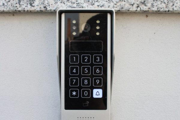 Dostawa i montaż dwóch zestawów automatyki do bram Genius Blizzard, wideodomofon, sterowanie bram za pomocą GSM.